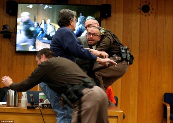 Baba Kızlarını Taciz Eden Doktoru Mahkeme Salonunda Darp Etti