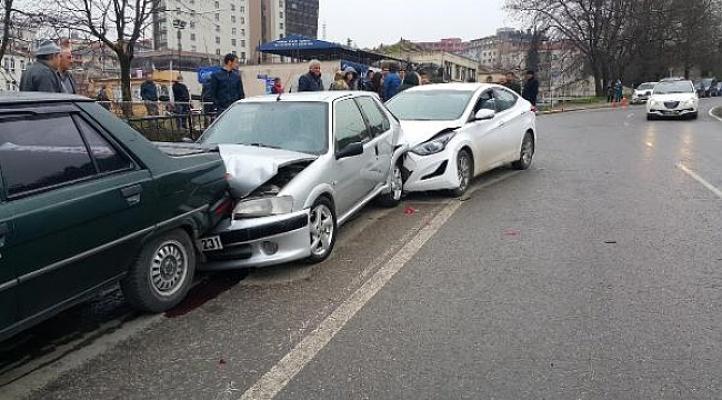 6 Araç Bariyerlere Çarparak Durabildi! 1 Kişi Yaralandı!
