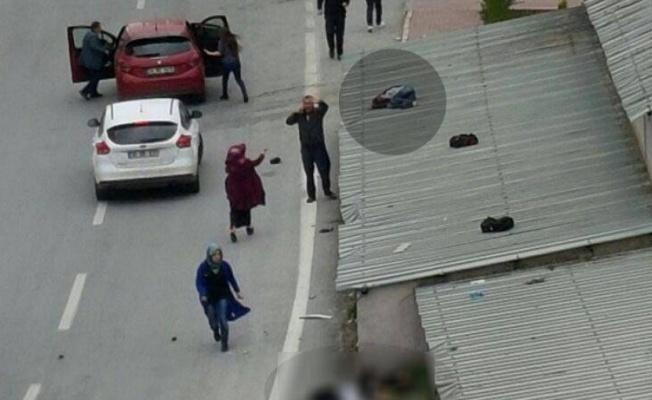 Otomobilin 3 kişiye çarptı, çocuk çatıya uçtu!