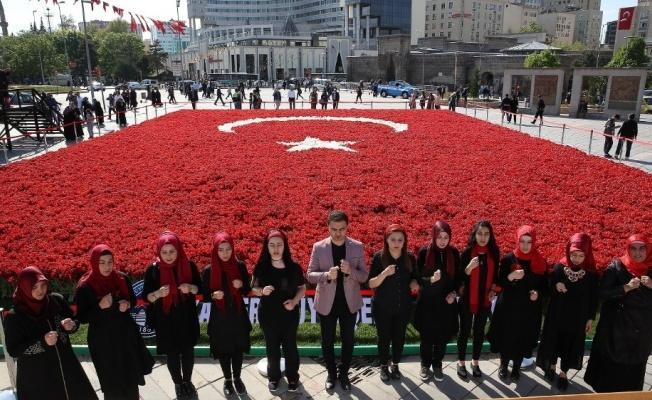 Vatandaşlardan Lale Peyzajlı Türk Bayrağına Büyük İlgi