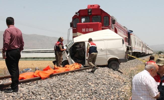 Kayseri'de tren minibüsü biçti: 2 ölü!