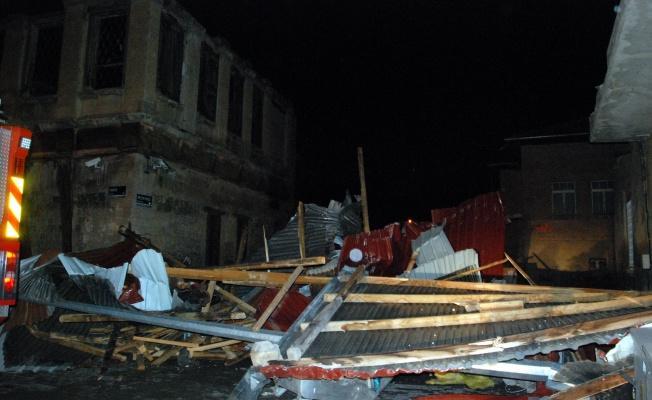 Kayseri'de Yer Yerinden Oynadı: Çatılar Uçtu!