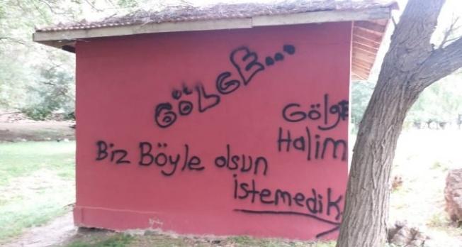 Mescidin duvarına yazı yazdılar