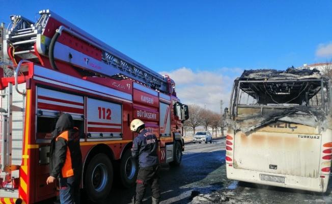 Seyir halindeyken yanmaya başlayan işçi servisi küle döndü