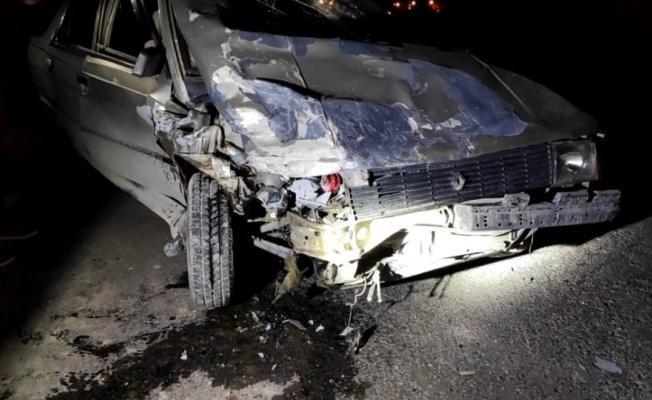 2 otomobil kafa kafaya çarpıştı: 1'i ağır 3 yaralı