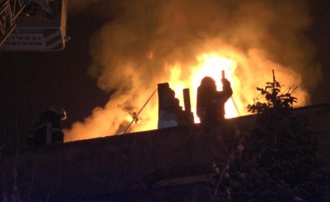 Kayseri'de apartmanın çatısı alev alev yandı!