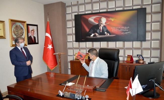İl Sağlık Müdürünün koltuğuna oturan otizmli Eren Aksoy, TMM'ye dikkat çekti