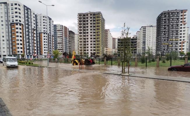 Sağanak yağış etkili oldu, mahsur kalanlar iş makineleriyle kurtarıldı