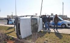 Polisten kaçan çalıntı araba refüje çarparak devrildi: 1'i ağır, 2 kişi yaralı!