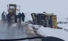 Kayseri'de kar küreme çalışması yapan iş makinesi devrildi