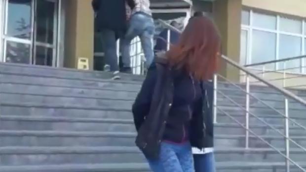 Okul önünde uyuşturucu satan kadın gözaltına alındı!